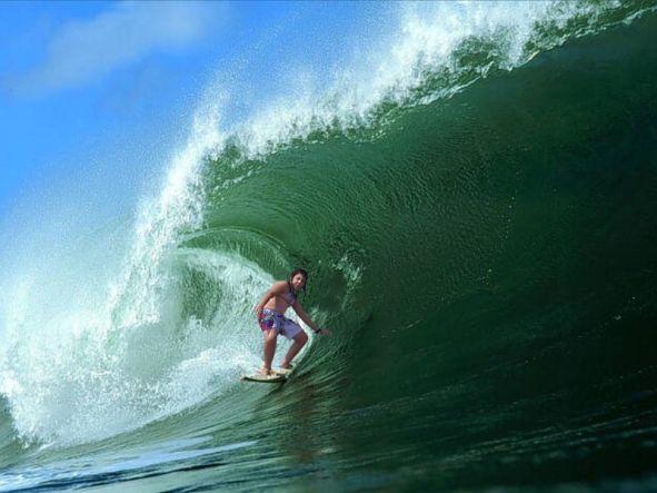 Irene surfeando