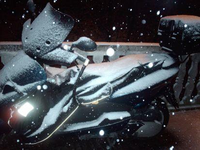 Hasta las motos se quedan blancas