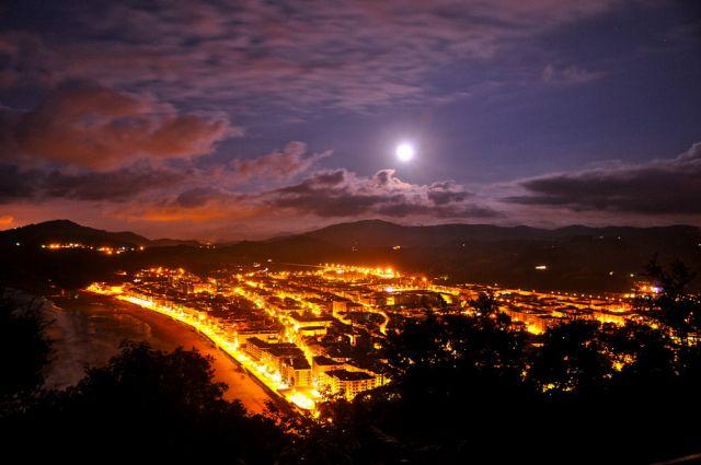 Paisaje De Zarautz Con La Luna LLena