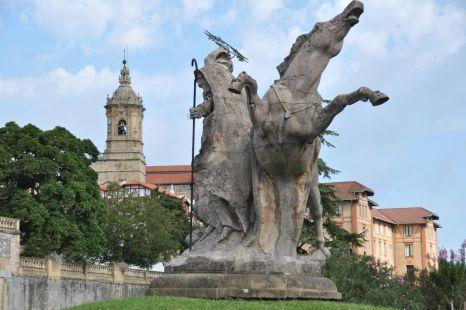 La Estatua y la Parroquia