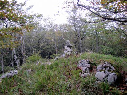 Mojón en la cumbre de ,Iparraundi, (1064 m)