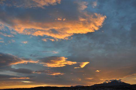 Amaneciendo en Hondarribia, y al fondo el Monte Larrun (900m)