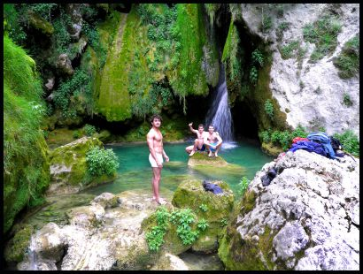 Baño en Urederra