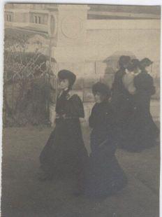 mujeres a pie por Donostia fines sXIX