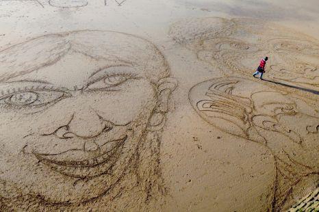 figuras en la playa