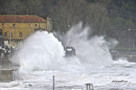Grandes olas en Zarautz