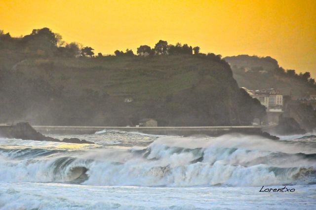 Temporal con olas grandes en Zarautz