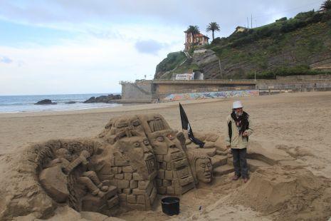 Deba.Arte en la arena y su autor Javid.2017-03-31