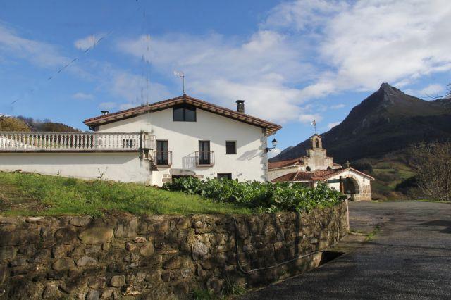 Saturdi baserria y Ermita S.Saturnino.Txindoki